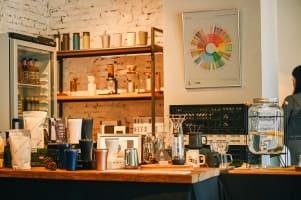 古典餐酒館中的咖啡光景,凝縮著悠閒光陰瞬間