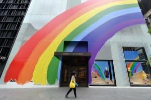 六月是彩色的,瀰漫著愛與自由,看時尚設計師如何為「愛」發聲!