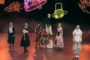 Shiatzy Chen 夏姿2022春夏巴黎時裝週 PFW — 誇張線條 x 繽紛印花,邀你走進東方味的魔幻馬戲團|Wazaiii 看秀零時差|
