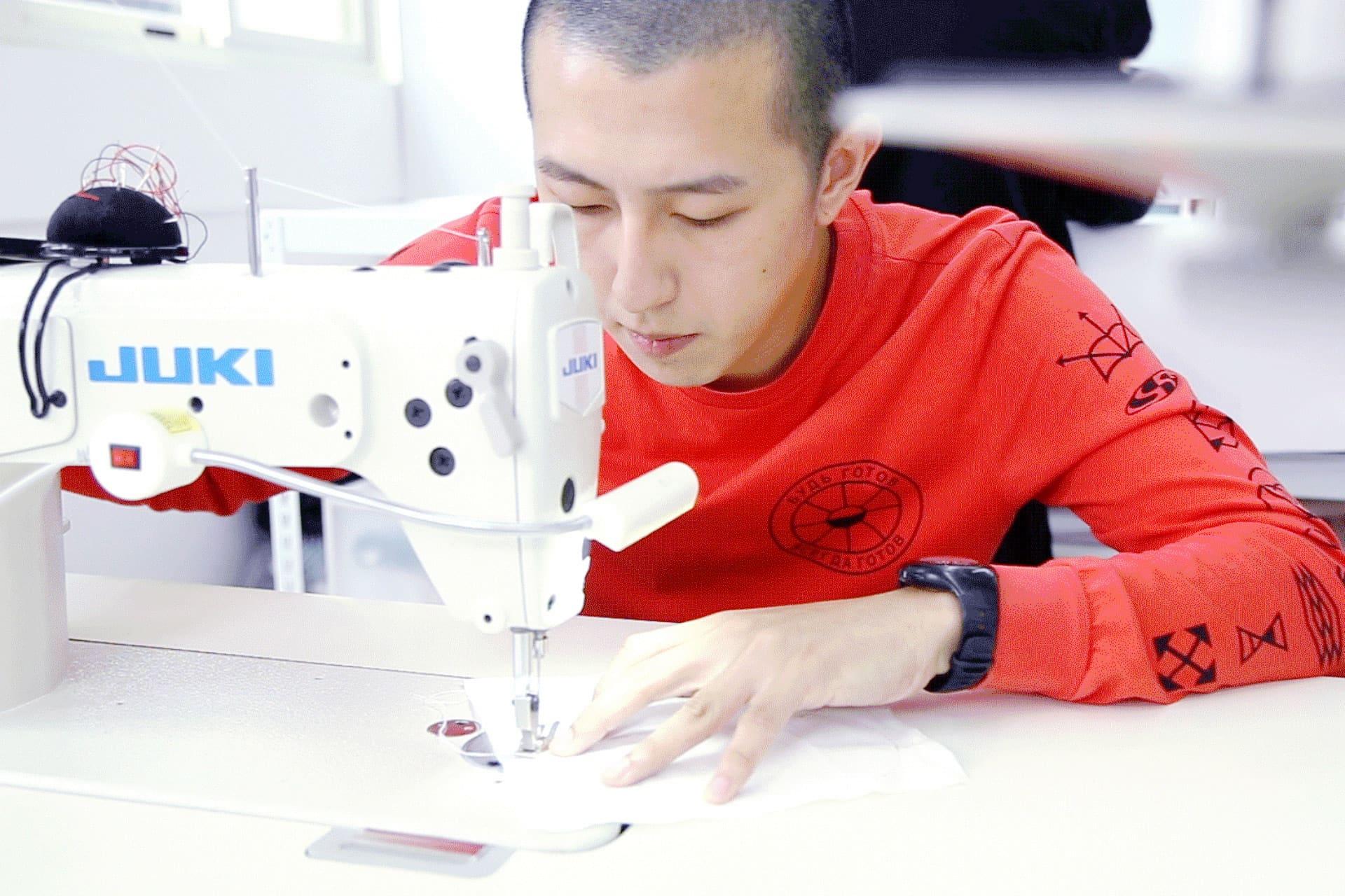 """""""服裝設計師的一天-江奕勳專訪-三十歲前就是一個階段,要先做自己想做的事"""""""